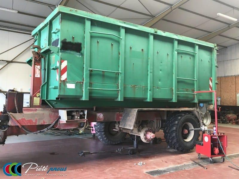 Montage pneu remorque agraire